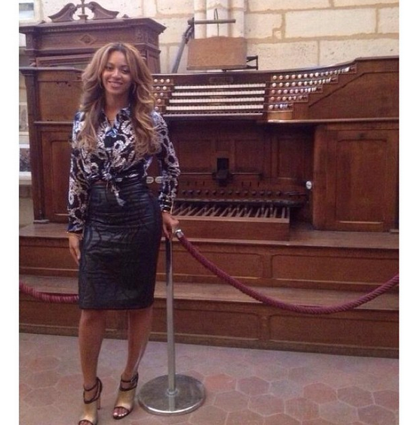 her-paris-topshop-unique-printed-shirt-and-nicole-miller-embroidered-leather-skirt-beyonce-notre-dame-cathedral.png