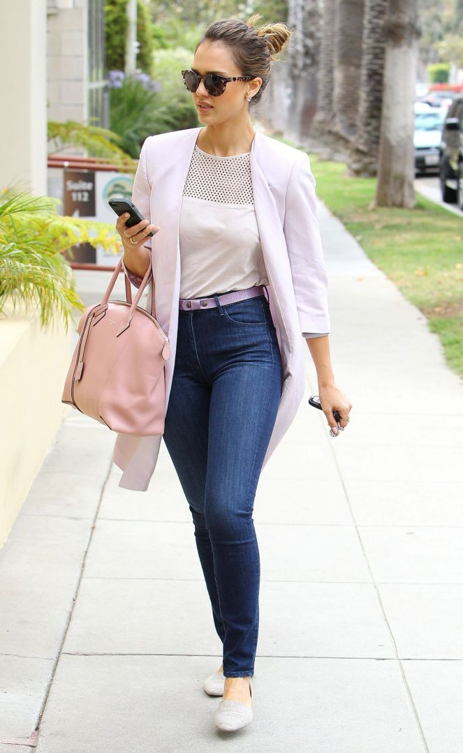 jessica-alba-casual-style-goes-to-a-wellness-center-may-2014_5.jpg
