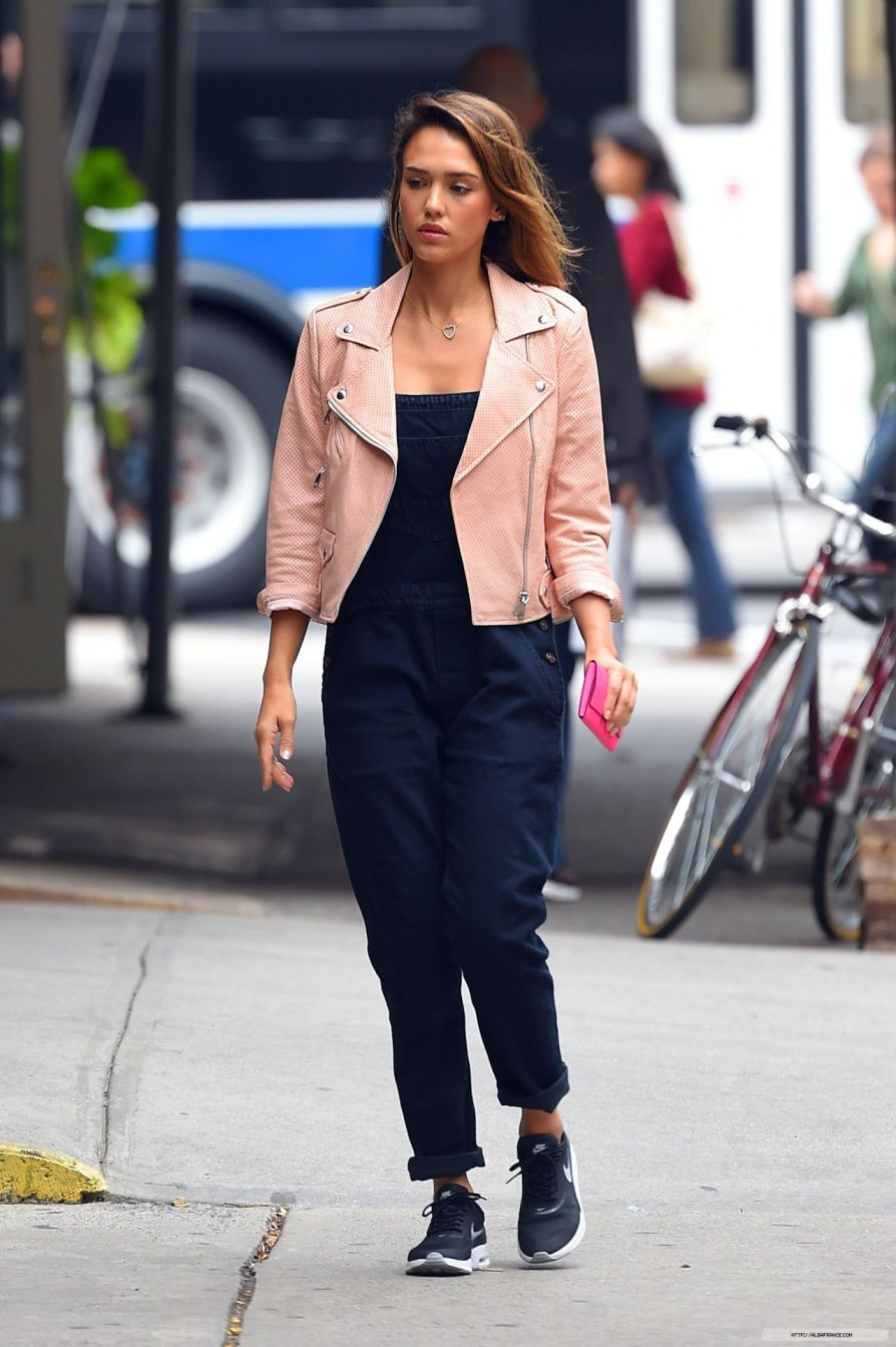 jessica-alba-street-style-out-in-nyc-september-2014_11.jpg